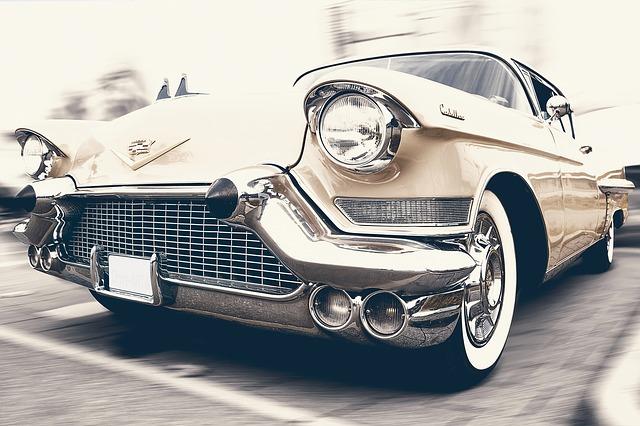 Le grand magnétisme et le glamour du salon des voitures anciennes